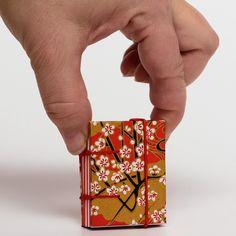 1.+Tahákovník+obecný+Připravili+jsme+pro+Vás+ručně+vázanou+pidi+midi+knihu.+Využití+je+neomezené.+Tato+kniha+Vám+v+kabelce+nezabere+mnoho+místa+a+je+vždy+po+ruce.+------------------------------------------------------+Vnitřní+listy+jsou+poskládány+z+papíru+80g/m2.+Kniha+je+vázaná+koptskou+vazbou.+Výhodou+koptské+vazby+je,+že+lze+knihu+bez+problémů+rozevřít+a+tudíž+je...
