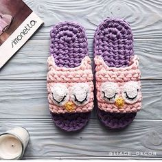 Cozy knitted slippers for your home: you can tie in one evening Crochet Sandals, Crochet Baby Shoes, Knitted Slippers, Crochet Art, Crochet Slippers, Love Crochet, Crochet Crafts, Crochet Clothes, Crochet Projects