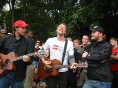 A banda se apresentou na rua, após um show em Atlanta ser cancelado devido à passagem de um furacão