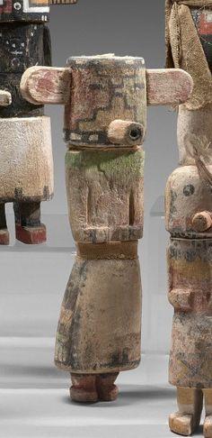 KACHINA NUVAK ou NEIGE Cottonwood, pigments, plumes, tissu Hopi, Arizona, Sud Ouest des Etats Unis d'Amerique vers 1940 Ht 23 cm Apparait lors de la danse du Haricot et de la danse du Serpent d'eau. Les… - Eve - 30/05/2016