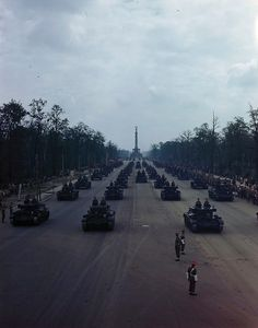 1945, Allemagne, Berlin, des chars britanniques Cromwell et Challenger pendant le défilé́ de la victoire des Alliés