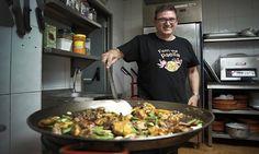 La paella es una comida de fiesta, de amigos, de familia, un plato en torno al que se reúne todo el mundo y cuya elaboración se transmite de padres a hijos, de abuelos a nietos