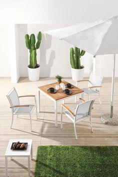 Mood è un tavolo di Atmosphera per esterni dalla struttura in alluminio verniciato epossidico per esterni, in colore bianco, mentre il piano è in teak massiccio Asiatico. E' ideale in giardini, terrazzi e dehors.