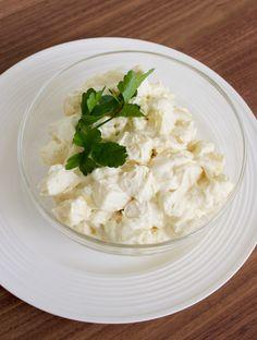 Potatissallad är ett gott tillbehör som passar till det mesta. Klassiker att servera med rostbiff eller varför inte med grillade kycklingklubbor?