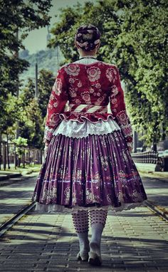 Folk Dance, Textile Fabrics, How To Purl Knit, Traditional Fashion, Folk Costume, World Cultures, Folklore, Frocks, Lace Skirt