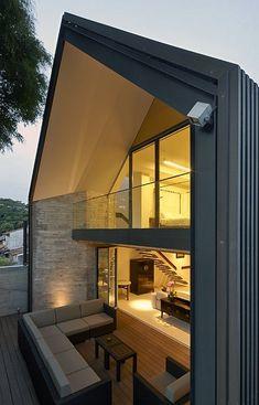 Ungewöhnliches Haus in Singapur mit offenen Wohnbereichen im modernen Stil
