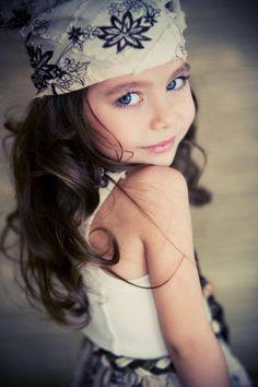 Photography / Pose Idea / Fashion / Portrait / Little Girl / Photo Session Idea / Inspiration Little Girl Poses, Little Girls, Baby Girls, Baby Boy, Fashion Kids, Beautiful Children, Beautiful Babies, Beautiful Eyes, Children Photography