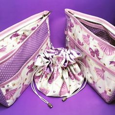 Kit para viagem: saquinho porta-bijus + necessaire plastificada para maquiagem + refil para bolsa com divisórias! #lilas #bailarina #bailarinas #necessaires #portabiju #viagem #kit #presentes #sobencomenda #encomendapronta