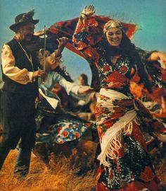 the Gipsy camp goes to the sky - 1976 Gypsy Girls, Gypsy Women, Gypsy Life, Gypsy Soul, Gypsy Culture, Gypsy Living, Gypsy Caravan, Tribal Fusion, Belly Dancers