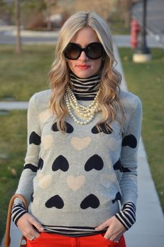 Heart sweater, colored jeans, stripped turtleneck, and pearls Passion For Fashion, Love Fashion, Fashion Trends, Fall Winter Outfits, Autumn Winter Fashion, Boyfriend Jeans, Rosa Pullover, Divas, Heart Sweater