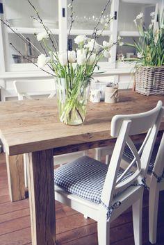 De lente in huis met witte tulpen en bloesemtakken