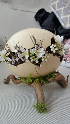 Easter egg and flowers decoration; Easter Flower Arrangements, Easter Flowers, Bunny Crafts, Easter Crafts, Pop Tab Crafts, Easter Egg Designs, Paper Flower Backdrop, Easter Wreaths, Easter Gift
