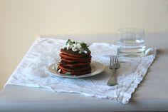 Tost z dżemem - pomysły na śniadanie: Pomidorowe Pancakes z bazylią