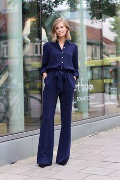 look monocromático elegante para o trabalho. Pantalona e camisa de seda