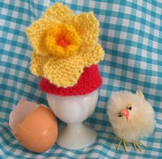 It's a little bit early to be doing a post for Easter but not too early to be thinking about knitting a little something for the Easter table. So how about a bright yellow daffodil to decorate an egg cosy? Knitted Flowers Free, Knitted Flower Pattern, Crochet Flowers, Flower Patterns, Knitting For Charity, Free Knitting, Easter Projects, Easter Crafts, Easter Ideas