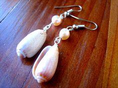 Perla y pendientes de concha, pendientes de concha, pendientes de concha marrón, pendientes de perlas, joyería de la perla, playa pendientes, joyas de la playa de helloCassiopeia en Etsy https://www.etsy.com/es/listing/285733905/perla-y-pendientes-de-concha-pendientes