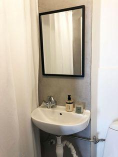 Se, hvordan Pernille forvandlede sit slidte badeværelse med linoleum til et cool velværerum - på budget   Boligmagasinet.dk Mirror, Furniture, Home Decor, Kwanzaa, Bathroom Ideas, Muffins, Full Bath, Bathing, Decoration Home