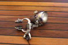 Lampe Leuchte Regallampe Velo Fahhrad selbst gebaut aus weggeworfenem Material. Leuchten aus Veloteilen. Upcycling Recycling diy lamp with bike parts lamp brake