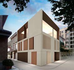 Se trata de una casa entre medianeras situadaen la esquina de una manzana residencial, por lo que goza de la comodidad de las viviendas urbanasa la vez que cuenta con unas amplias vistas sobre la huerta que se desdibujan en el horizonte.