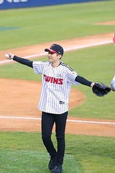 Xiumin - 170406 LG Twins vs Samsung Lions opening pitch Credit: ChubbyBaby_326. (LG 트윈스 vs 삼성 라이온즈 시구식)