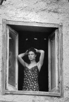 Ciao Bella - Monica Bellucci by Ferdinando Scianna, 1991 Monica Bellucci Joven, Malena Monica Bellucci, Monica Bellucci Photo, Foto Glamour, Italian Actress, Italian Beauty, Poses, Italian Girls, Photo Tips