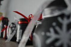Was ihr dazu braucht: 24 Stück Einmachgläser in verschiedenen Formen & Größen 1 Dose Tafellack 1 Borstenpinsel 1 Kreidestift Bändchen zum dekorieren gaaanz viel Süßkram zum Befüllen Weiter geh...