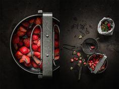 "Stylisme culinaire photographie ""fraise""  Food Styling Photography ""strawberry""  Création Inspiration Lumière Contraste Couleurs Texture  Photographe: j. Ph. Mattern  Styliste: Stéphanie Rouffart"