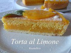 la base di questa torta è la classica pasta frolla per crostata, il ripieno è una crema al limone molto fresca e profumata. La copertura e fatta con il pan di spagna. Si cuoce tutto contemporaneamente in forno