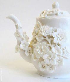 Tetera pocelana blanca con flores de cerezo en relieve