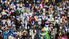 """ANIMADOS. Los delegados a la Eurofurence """"la mayor convención furry europea"""" posan para una foto delante del hotel de conferencias en Berlín los organizadores describen como """"una colección de artistas, animadores, escritores, clientes, titiriteros, o sólo los aficionados que todos los días que disfrutan de los animales de dibujos animados.(AFP)"""