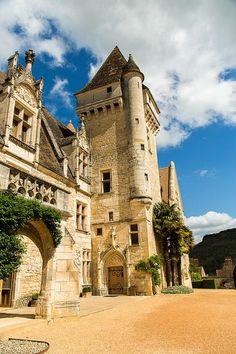The Château des Milandes is a manor house in the Commune of Castelnaud-la-Chapelle, Dordogne Departement  France