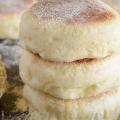 Homemade English Muffins English Muffin Recipes, Homemade English Muffins, English Desserts, Bread And Pastries, Baking Recipes, Dessert Recipes, Bread Recipes, Honey Recipes, English Biscuits