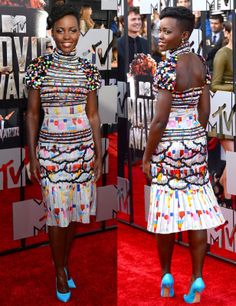 La más colorida de la noche de los MTV Movie Awards de este año fue Lupita con este vestido midi estampado con falda plisada y abertura en la espalda de Chanel Otoño 2014 y unos llamativos salones azules de Casadei.