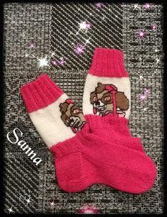 Gjestal Maija -langasta sukat, malli Vuokko Mansikka-Pönni Malli, Knits, Christmas Stockings, Gloves, Socks, Knitting, Holiday Decor, Beautiful, Needlepoint Christmas Stockings
