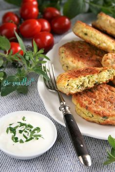 sio-smutki! Monika od kuchni: Placki jajeczne z cukinią i mozzarellą Salmon Burgers, Mozzarella, Meat, Chicken, Ethnic Recipes, Food, Vegetables Garden, Vegetables, Beef