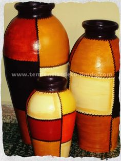 jarrones  bongo -cordoba cap. Bottle Painting, Bottle Art, Bottle Crafts, Painted Flower Pots, Painted Pots, Bottle Design, Glass Design, Ceramic Clay, Ceramic Pottery