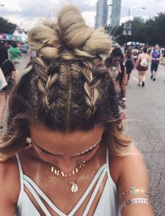 Yeah, make your own cool festival glitter hairstyle. Open hair with two braids … # cool # glitter hairstyle Yeah, make your own cool festival glitter hairstyle. Open hair with two braids … # cool # glitter hairstyle Festival Looks, Festival Mode, Music Festival Hair, Music Festivals, Festival Style, Festival Braid, Music Festival Outfits, Boho Festival, Beauty Festival