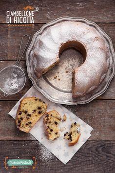 Il ciambellone di ricotta è un dolce perfetto per la colazione, più leggero del solito perché la ricotta sostituisce nell'impasto il burro o l'olio!