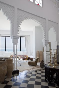 Hoy nos vamos a dar una vuelta por el exótico Tanger, en Marruecos. Allí esta localizada esta casa llena de luz y belleza, en la que en...