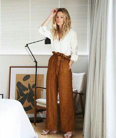 Calça clochard ferrugem com camisa branca  @street_style_corner  #moda #estilo #tendência #fashion #fashionblog #modamujer #modafeminina #estiloderua #modaderua #streetstyle #streetfashion #streetwear