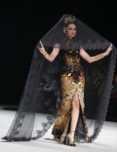 Model memperagakan busana rancangan Anne Avantie bertema Legong Srimpi pada Indonesia Fashion Week 2014 di Jakarta Convention Center (JCC),… #1036402