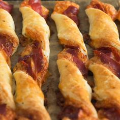 Cheese and Prosciutto Twists are the PERFECT sharing appetizer! So easy to make and even more delicious to snack on, these twists are going to make your next game day feast one to remember! Gourmet Recipes, Appetizer Recipes, Appetizers, Cooking Recipes, Prosciutto, Cheese Twists, Healthy Superbowl Snacks, Puff Pastry Recipes, Snacks Für Party