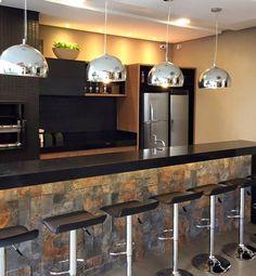 Espaço Gourmet lindo para inspirar a sexta-feira!! Detalhes em preto, madeira e pedra!! Projeto Carol Cantelli #áreagourmet #decor #inspiração #interior #instadecor #arquitetura #churrasqueira #revestimentos #design