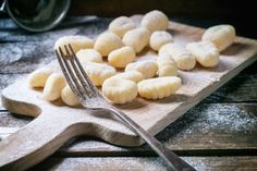 We're rolling up our sleeves as we make our way through Tuscany to master the art of handmade potato gnocchi. We'll perfect both Roasted Garlic and Spina. Gnocchi Sauce, Potato Gnocchi Recipe, Gnocchi Recipes, Brown Butter Sage Sauce, Gluten Free Gnocchi, Making Gnocchi, Spatzle, Culinary Classes, Cooking Classes For Kids