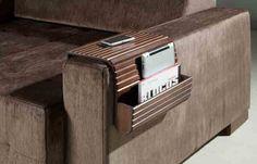 Esteira de descanso para braço de sofá retangular com porta objetos! Disponível nas cores: tabaco, capuccino e pinhão. Medidas: 34l x 10/ 75 x 45 cm. http://www.moradamoveis.com/
