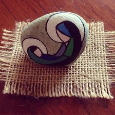 Mary&child #handmade #paintingrocks #artstone #maríayjesus