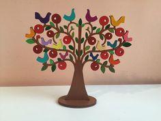 Árvore em MDF pintada para decoração e/ou porta-brincos.  Brincos não acompanham o produto.