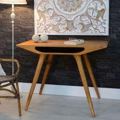 Secrétaire ANDOR. Le style scandinave poussé à son extrême pour cette table de bureau en mindy incrusté de bois noir, semblant tout droit sortir de l'atelier d'un créateur. La force brute qui se dégage de ce secrétaire et son design unique en font un meuble d'exception.