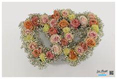Hochzeit - Altargesteck mit bunten Ecuador Rosen und Schleierkraut Altar, Ecuador, Bunt, Floral Wreath, Wreaths, Decor, Fresh Flowers, Hair Jewelry, Dekoration