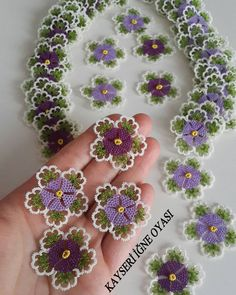 Crochet tatting tutorials - this site is full of great tutorials for all handcrafts. Helpful pictures, but explanations in German, - incek life Hand Embroidery Patterns Flowers, Tatting Patterns, Embroidery Designs, Fabric Flower Brooch, Fabric Flowers, Crochet Flowers, Crochet Lace, Crochet Toilet Roll Cover, Baby Knitting Patterns